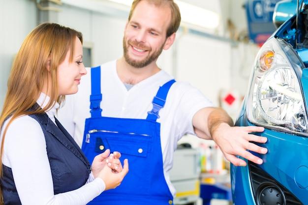Meccanico cliente e auto in officina Foto Premium