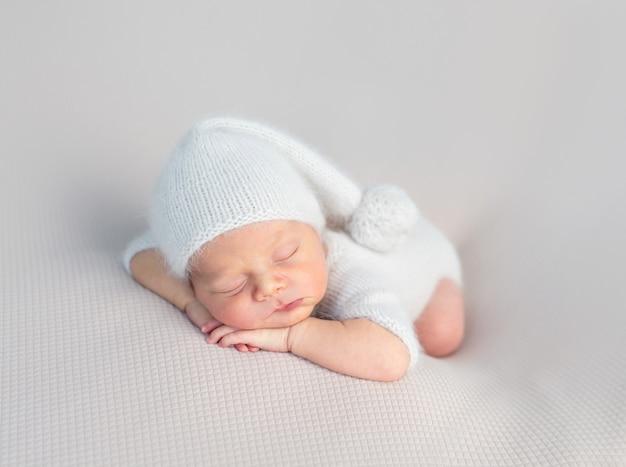 Carino bambino che dorme dolcemente Foto Premium