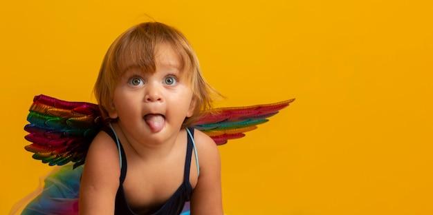 Cupido carino con palloncino a forma di cuore rosso. buon san valentino. giorno dei bambini. carnevale. matinée. Foto Premium