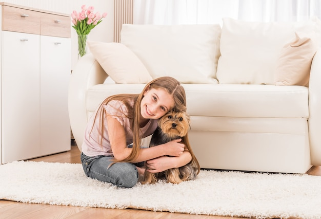 Cucciolo carino e ragazza felice Foto Premium