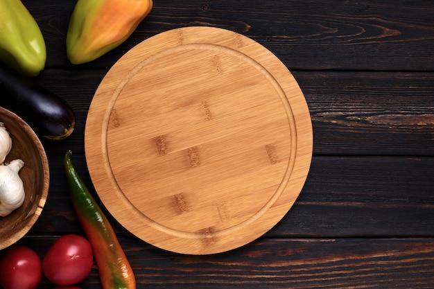 Tagliere di legno sul tavolo da cucina in legno Foto Premium