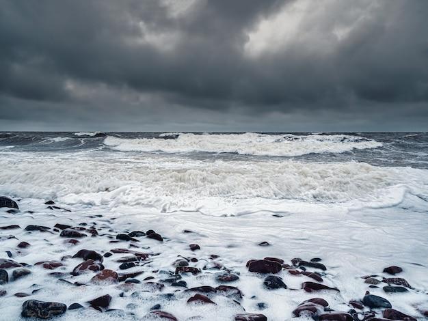 Grandi onde pericolose onde tempestose di inverno sul mar bianco Foto Premium