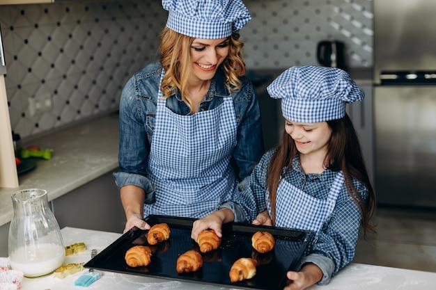 Cornetti al forno madre e figlia. concetto di famiglia Foto Premium