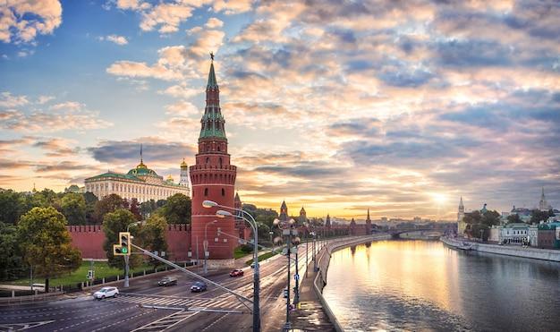 Raggi del sole all'alba sul cremlino di mosca e la torre vodovzvodnaya Foto Premium