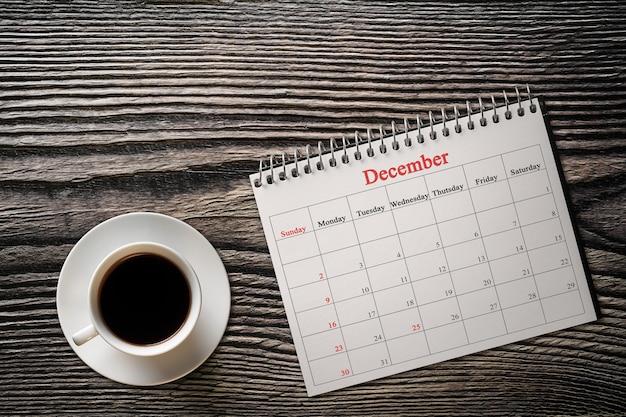 Mese di dicembre nel calendario con caffè Foto Premium