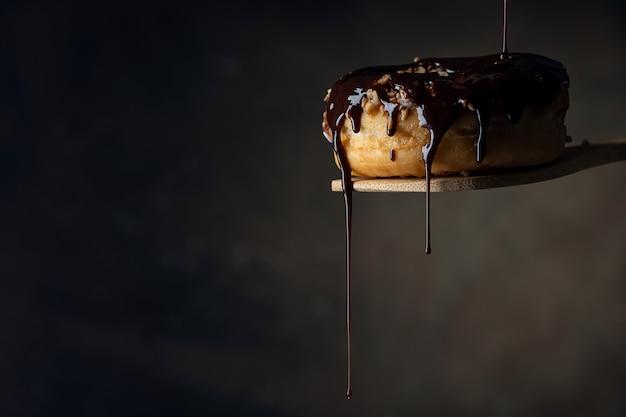 Ciambella decorata con cioccolato fuso Foto Premium