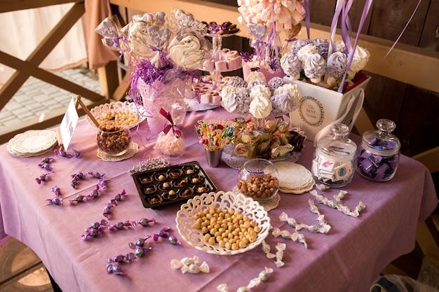 Decorare la tavola festiva. il tavolo è decorato con una tovaglia viola. Foto Premium