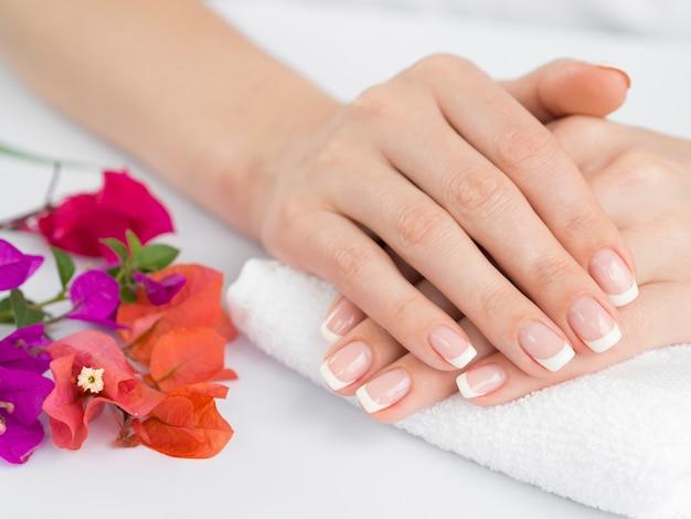 Mani delicate della donna con le unghie curate Foto Premium