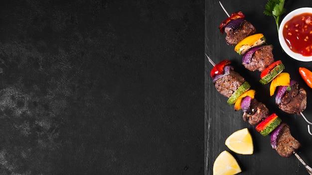 Delizioso fast food arabo su sfondo nero Foto Premium