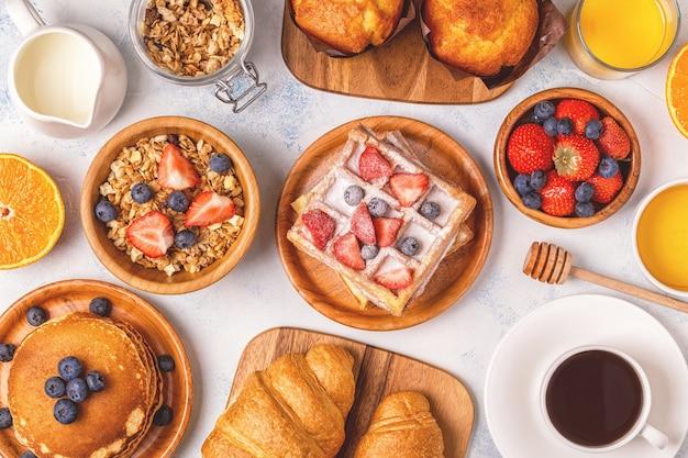 Deliziosa colazione su un tavolo luminoso, vista dall'alto. Foto Premium