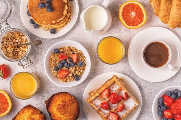 Deliziosa colazione su un tavolo luminoso Foto Premium