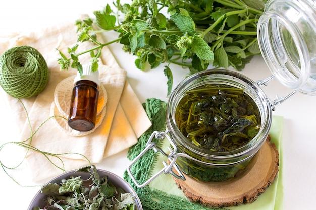 Delizioso brodo tè menta melissa acqua floreale Foto Premium