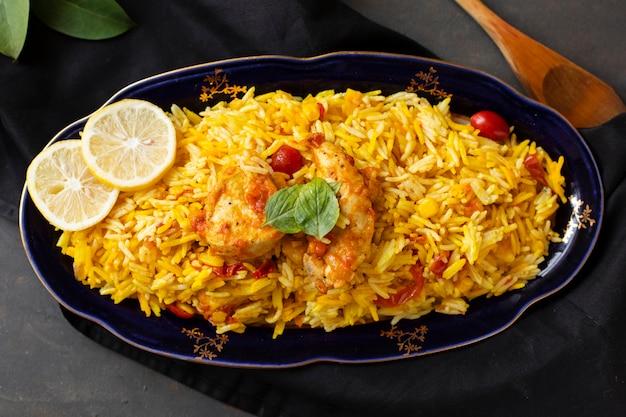 Pollo delizioso con riso cucinato nello stile indiano Foto Premium