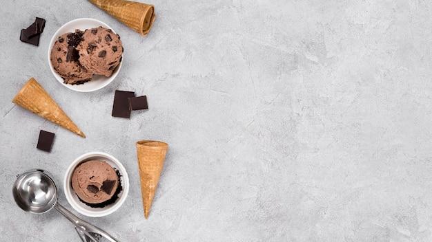 Delizioso gelato al cioccolato con spazio di copia Foto Premium