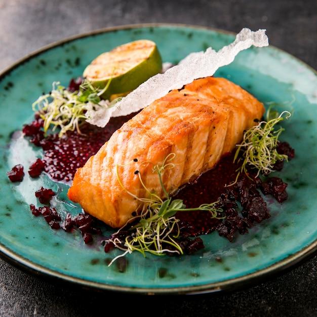 Deliziosa farina di pesce cotto e metà di lime Foto Premium