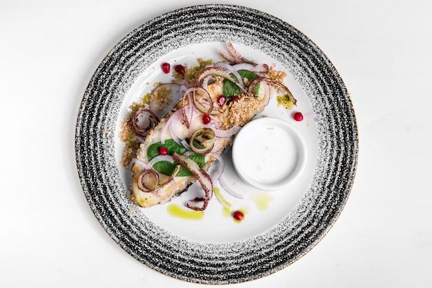 Delizioso pesce cotto e frutti di mare vista dall'alto Foto Premium