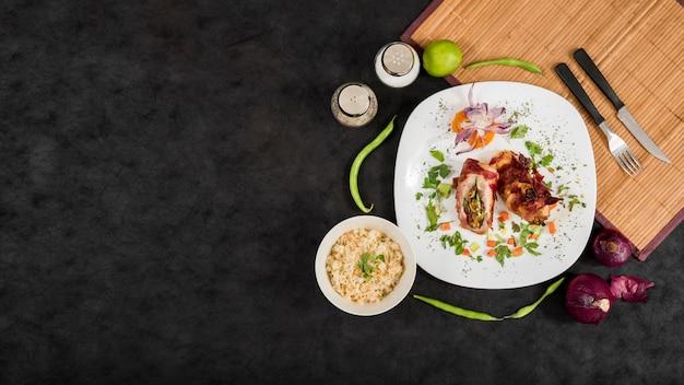 Deliziosa composizione alimentare vicino alla stuoia di bambù Foto Premium
