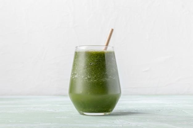 Delizioso frullato verde in vetro Foto Premium