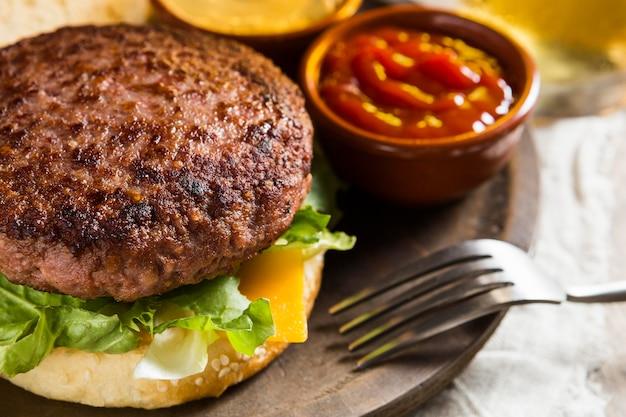 Delizioso hamburger con birra e ketchup Foto Premium