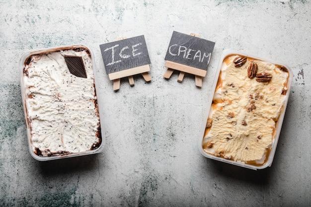 Deliziosi dessert al gelato con vari condimenti. Foto Premium