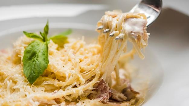 Spaghetti deliziosi con la fine del formaggio su Foto Premium