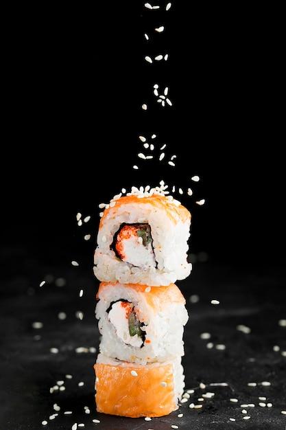 Rotoli di sushi deliziosi sullo scrittorio Foto Premium