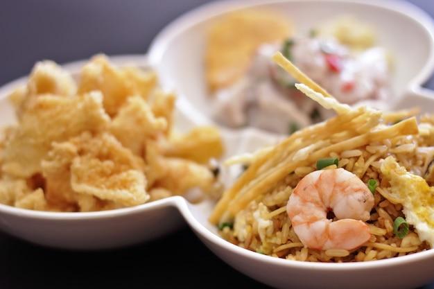 Delizioso tris di chaufa sapori di pesce, chicharron e ceviche Foto Premium