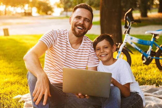 Felice padre e figlio che si divertono insieme Foto Premium