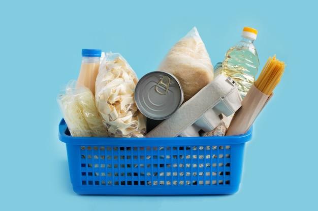 Scatola di consegna di generi alimentari a casa. avvicinamento Foto Premium