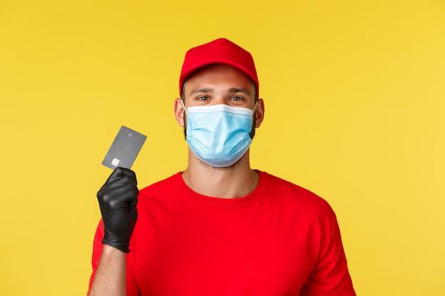 Fattorino in una maglietta rossa che indossa maschera medica Foto Premium