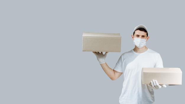 Fattorino con scatole su grigio Foto Premium