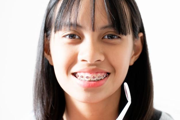Dentista che sorride e che guarda alla macchina fotografica, si sente felice e ha un buon atteggiamento con il dentista Foto Premium