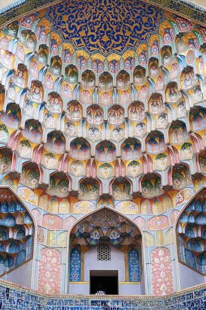 Particolare della cupola del mosaico dell'oro in madrasa Foto Premium