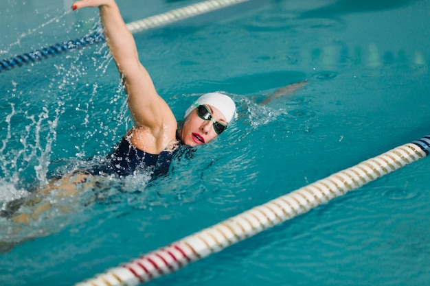 Nuoto professionale determinato del nuotatore Foto Premium