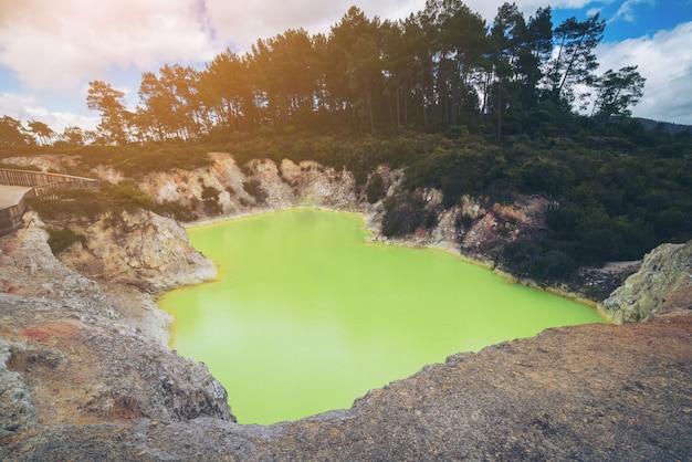 Piscina per grotte del diavolo a wai-o-tapu, rotorua. Foto Premium