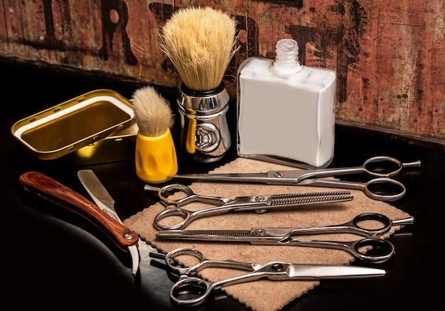 Attrezzature diverse nel negozio di barbiere Foto Premium