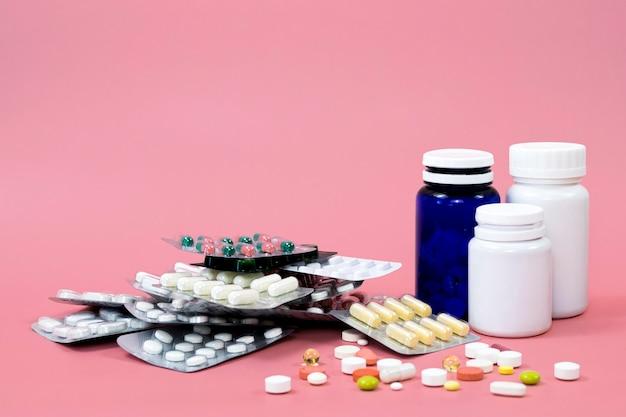 Diversi contenitori per pillole e fogli con spazio di copia Foto Premium