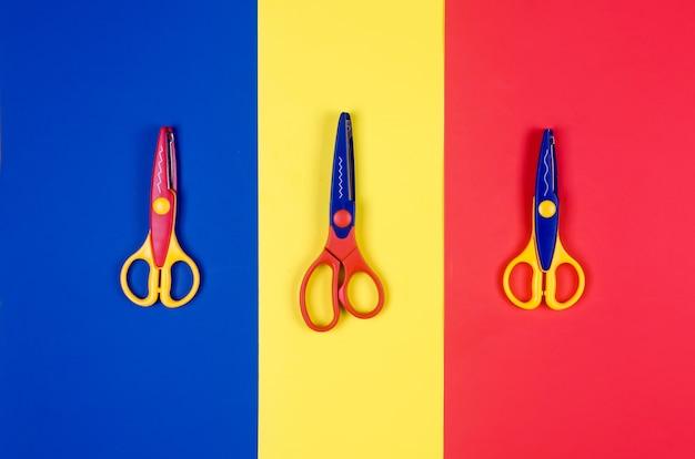 Forbici differenti per la creatività dei bambini su sfondo di carta colorata. Foto Premium