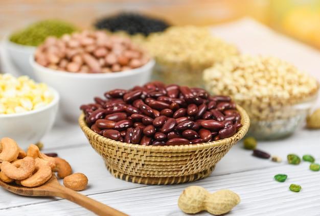 Diversi cereali integrali fagioli rossi e legumi semi lenticchie e noci fagioli rossi Foto Premium