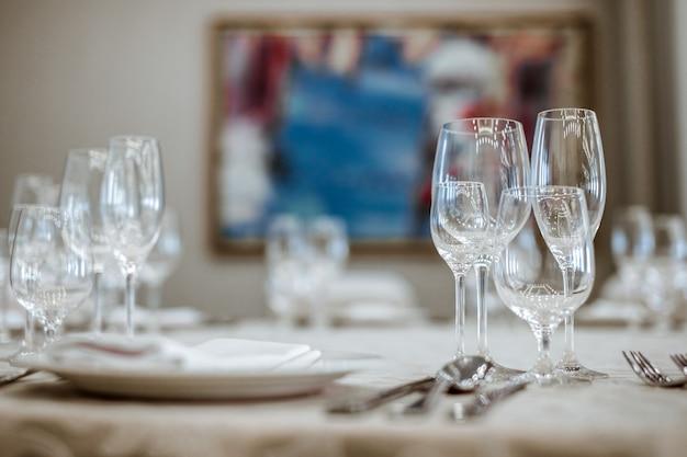 Tavolo da pranzo al ristorante con bicchieri vuoti Foto Premium