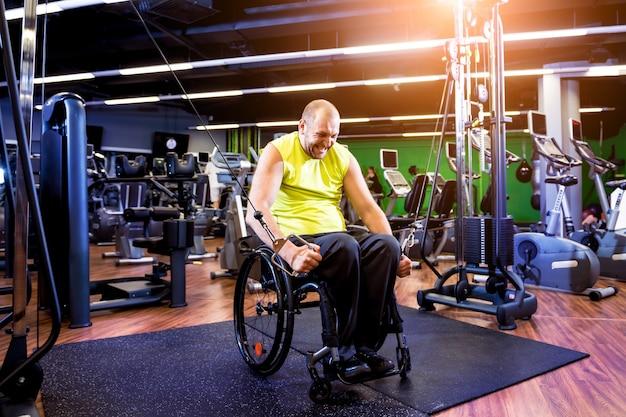 Uomo disabile formazione nella palestra del centro di riabilitazione Foto Premium