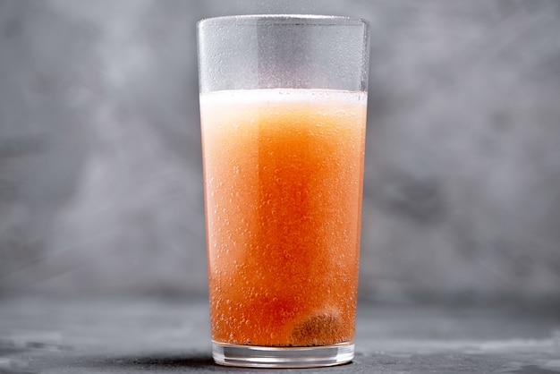 Sciogliere la compressa effervescente in un bicchiere d'acqua Foto Premium