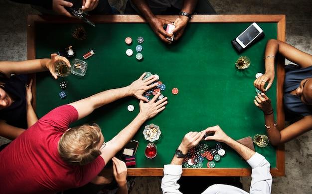 Gruppo vario che gioca a poker e socializza Foto Premium