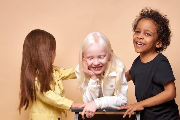 Diversi bambini positivi sorridenti che propongono felici insieme Foto Premium