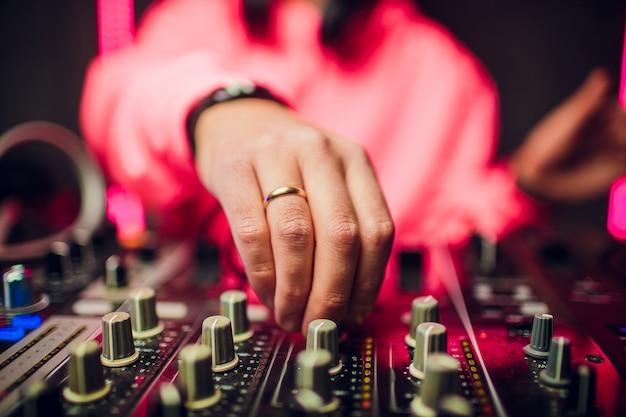 Dj mescolando in discoteca alla festa. Foto Premium