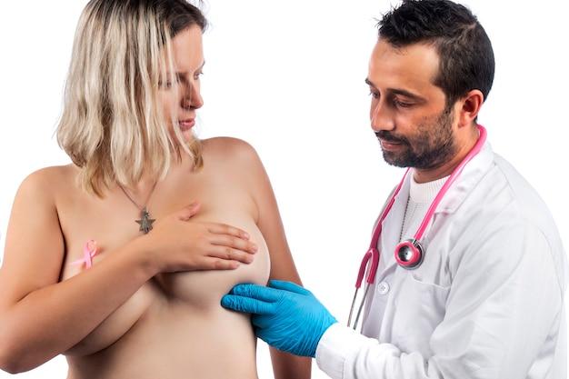 Medico che esamina il seno della donna con la mano per grumi o altre anomalie Foto Premium