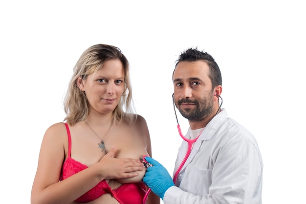 Medico che esamina il seno della donna con lo stetoscopio per grumi o altre anomalie Foto Premium