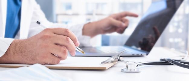 Medico che dà una consultazione medica a distanza su internet Foto Premium