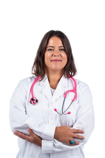 Medico donna con stetoscopio rosa su sfondo bianco. Foto Premium