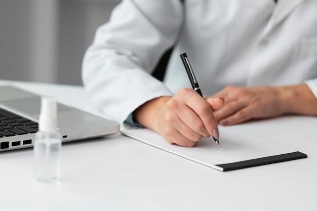 Medico iscritto prescrizione medica Foto Premium